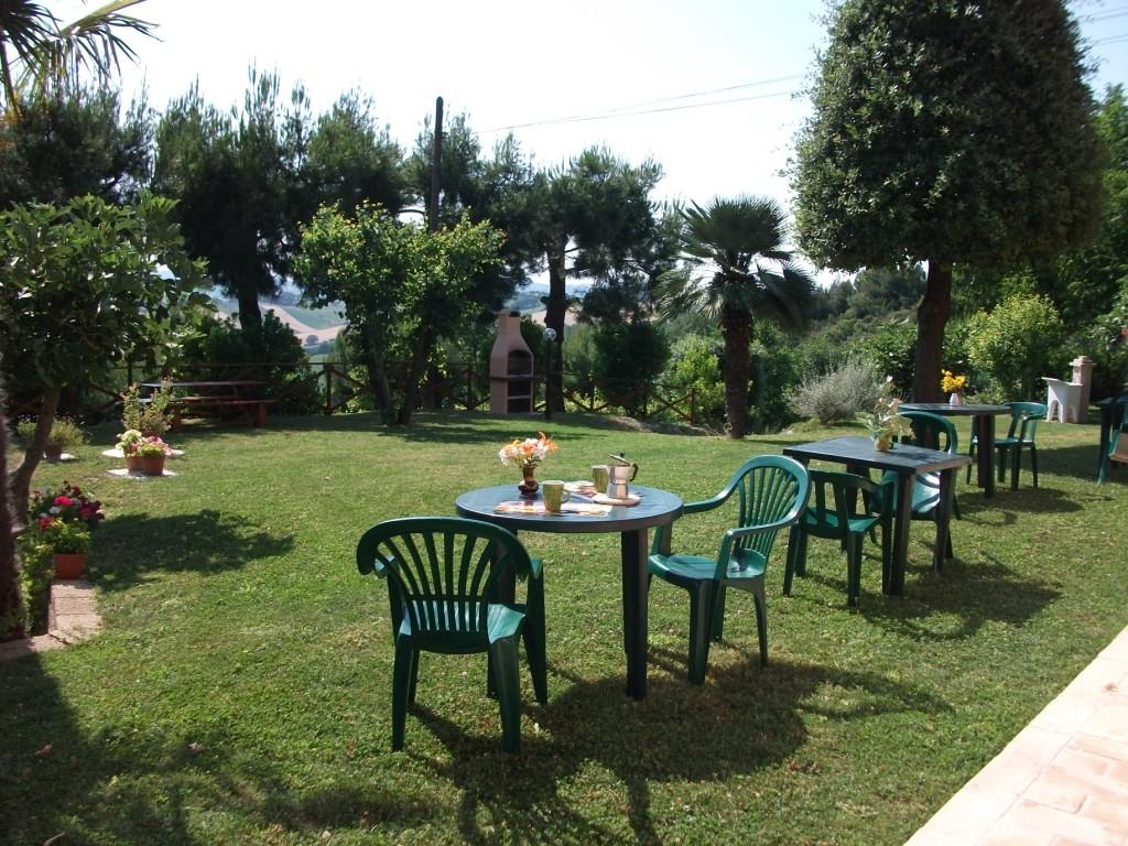 giardino con tavoli.JPG